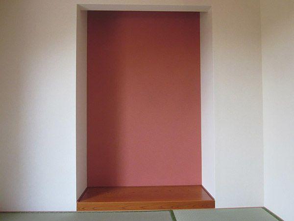 和室にはお神様を飾られる床の間も作られました。クロス屋さんおススメの畳に合う鮮やかカラーの壁紙を張られインパクトのある床の間が完成しました。