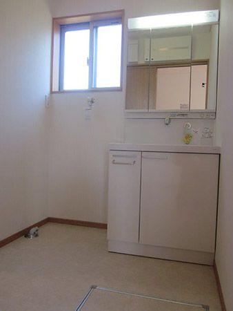 キッチンの隣は洗面所になっています。水回りがまとまっていてお料理とお洗濯の同時進行がしやすい家事動線を考えた間取りになっています。