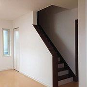 ダイニングに斜めに隣接したリビング。床暖房だから、冬でも寒くならないリビング階段です。