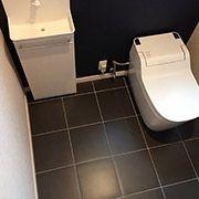 トイレは車椅子対応の広々サイズ。床もメンテナンスの容易なイタリアンタイルです。