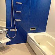 浴室もこだわりの青色を使いました。シャープで清潔なイメージです。