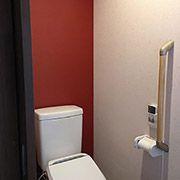 2階トイレのバックは赤色のクロスで仕上げました。室内の至る所に青と赤をバランスよく配色しました。