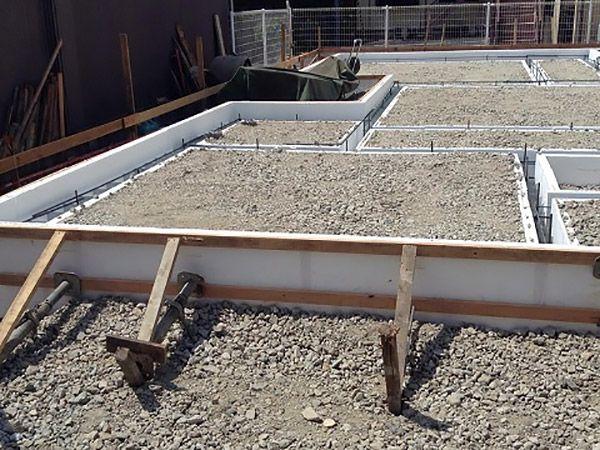 基礎の型枠は内外共に6㎝の厚さの断熱材を使用。壁と天井は現場吹付の発泡ウレタン断熱材を使いました。断熱効果もとても高いですが、気密性も抜群のハイスペック工法です。樹脂サッシの採用と合わせて魔法瓶の様な住宅が出来ました。ユニバーサルホームならではの蓄熱式エコ床暖と相性もよく、快適に過ごせる長期優良住宅です。