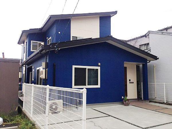 こだわりの青でタテラインの外壁ALCを塗りました。太陽光発電パネルの載った2階屋根は南向きのシャープで低勾配いの片流れ屋根にしました。