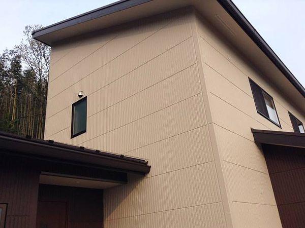 チョコレート色とアイボリーで仕上げた総タテラインALC外壁材の落ち着いた外観です♪