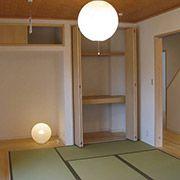 和室は、リビングに隣接しています。2枚引込み戸を全開すると一室としての使い方もできます。又、客間としての用途も考慮し玄関→廊下から直接入る事もできます。