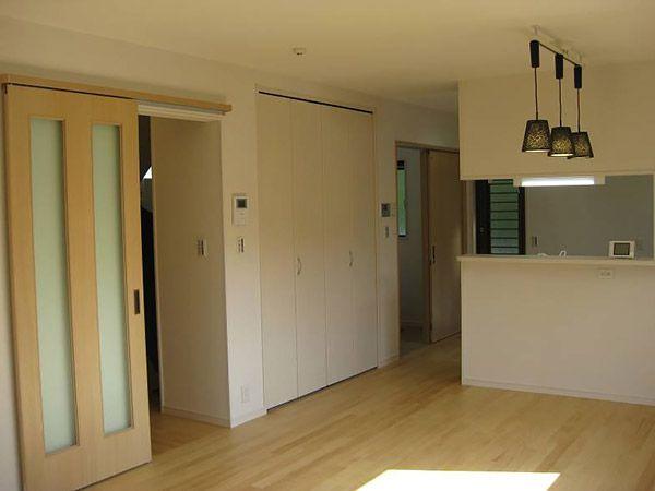 キッチンに隣接して食品庫を設置しました。バーゲンでの大量買いの多い大家族にとっては嬉しいです。