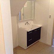 成人女性が多いので、洗面室と脱衣室は別にしました。キッチンから直接脱衣洗濯室に移動できるので家事動線を短くできました。洗濯物は部屋干しが出来るスペースも確保しました。空気が乾燥しがちな冬季には加湿効果も期待できます。