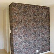 寝室の壁は一面だけアクセント柄として部屋にメリハリをつけました。