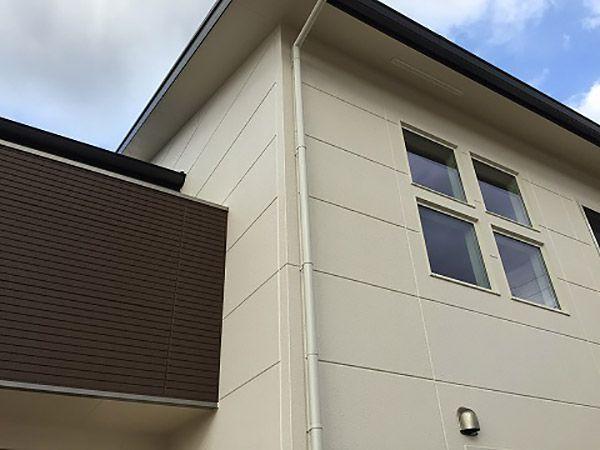 2階大屋根は南面の大きなきな斜面に6.3kwの太陽光発電パネルを搭載。1階のテラスサッシは日中道路からの視線を遮るカーテンを閉めがちになりますが、吹抜けのスクエアな4連窓から明るい日差しが入ります。建物の外観はシャープな形ですが、カラーをアイボリーのベースカラーとチョコレートブラウンのアクセントカラーにすることでやさしいイメージにしました。