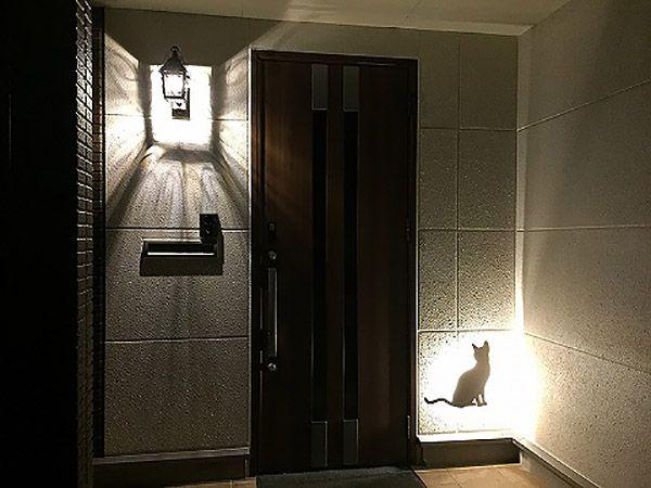 夜になるとLEDの光で猫ちゃんが出迎えてくれます。遅くなって帰っても玄関でホッとしますね。