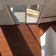 広々リビングには南の窓から光がたくさん入って冬には蓄熱コンクリートを暖めてくれます。 開放的なリビング階段は床暖房だから冬でも寒くなりません。