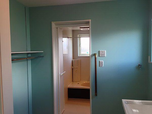 洗面脱衣室にはキッチンからもダイニングからもアクセスできる回遊性のある作りです。 下着やタオルストック、ハンガースペースも充実しているので家事も楽々。お母さんのお仕事の量がグンと減ります。