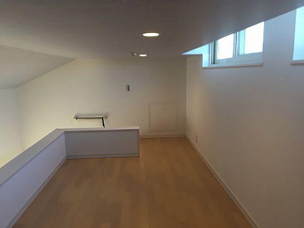 ロフトは面積が広く多目的に使えます。夏の暑い空気を高窓から換気するパッシブな建築手法を採用しました。 下を見ると2階ホールから吹抜けを通じて1階リビングまで見通すことができます。
