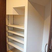 階段下のスペースを利用して、玄関収納にしました。半分は靴用、半分は何でも入る仕様になっています。