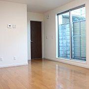 ダイニングには大きめな窓、カーテンの模様替えで部屋の雰囲気も変えやすいです。