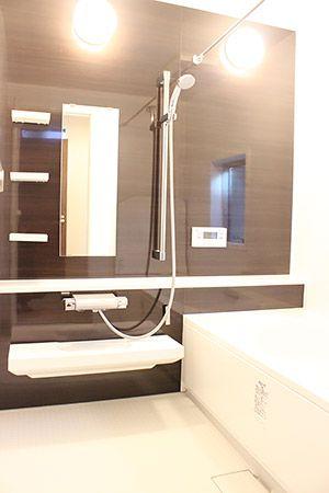 お風呂はリラックスする場所なので、広々としたものにしました。室内と合わせて、シックな色です。