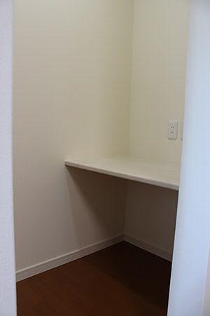 寝室の一角に設けた書斎部屋。家での仕事もはかどる隠れ部屋のような書斎です。