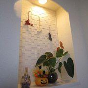 玄関ホールに設けたニッチはしっかりと奥行きを設けて季節ごとに奥様が飾付をされています。ニッチ内のインテリア壁材は、手先の器用なご主人がお引き渡し後に施工されたそうです。