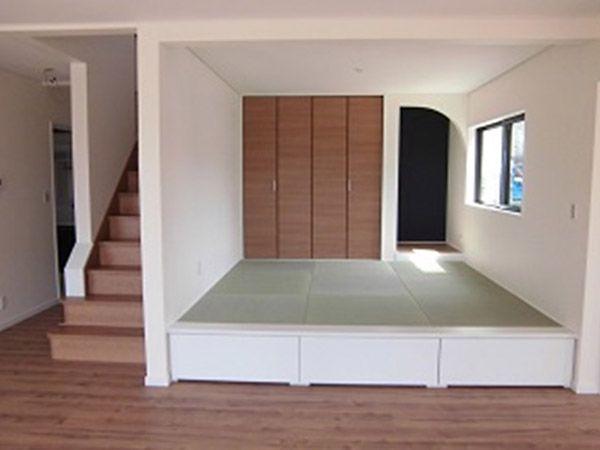 琉球畳の下は収納の引き出しが3つあり、LDKでいるものや、季節のもの、また子供さんのおもちゃが収納されています。