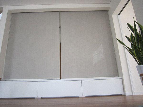扉を設けることも一時は考えましたが、やはり広々した空間をとりたいとロールスクリーンで仕切ることに。