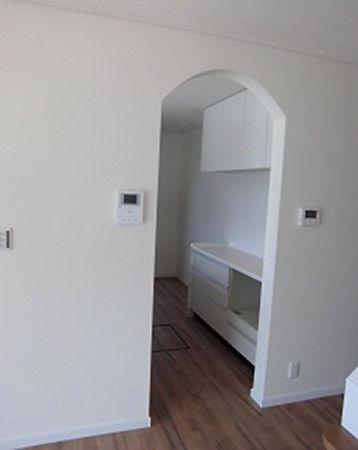 「キッチンはリビングとちょっと仕切りを設けたかった」というご要望にお応えしてキッチンの入り口はアーチのたれ壁をつくりました。