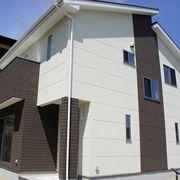 外壁には高性能外壁材のALCフラットパネルと、チェックのデザインパネルを採用しました。