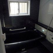 浴槽、カウンター、床はブラックを基調とし、アクセントパネルもブラックの大理石調の物を採用。高級感のある浴室になりました。