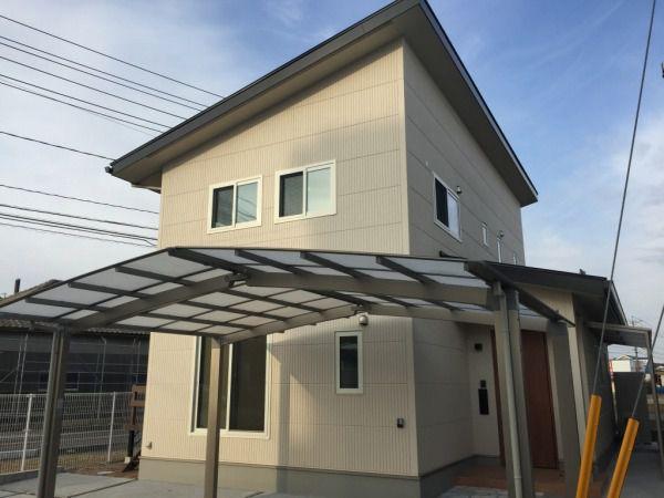 2階大屋根は南面の大きなきな斜面に10.2kwの太陽光発電パネルを搭載。さらにウッドデッキもあり、日当たりは最高!