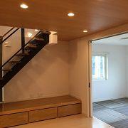 リビング南側に階段と吹抜けの一体化した採光がかなりとれる間取りです。