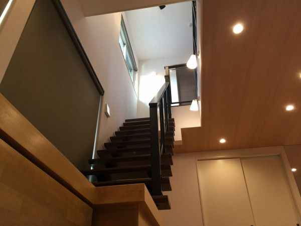 ここの家の特徴の1つ!この階段と吹抜けが採光と開放感を演出しています。階段のパネルもクリアにしたことにより、より一層開放感があります。