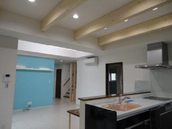 広いLDKです。キッチン、ダイニングの上部は梁見せ天井なので、更に空間を広く見せてくれますね。