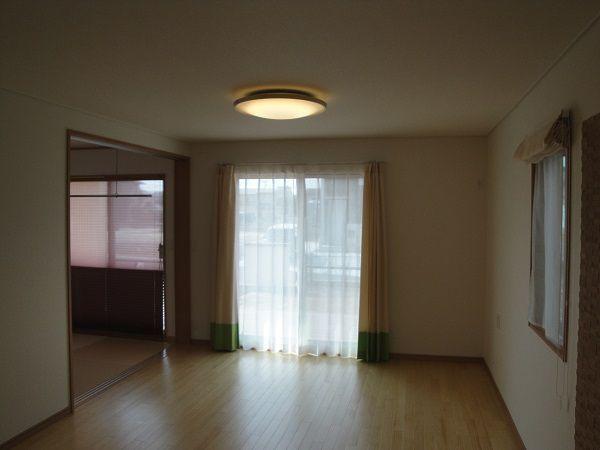 広々リビングは和室と続き間に。