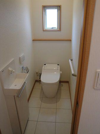 清潔感のある白を基調としたトイレは、タンクレスなので空間もスッキリ落ち着いた雰囲気に仕上がりました。