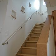 階段には三つのニッチがあり、いろんなものを飾って楽しめますね。