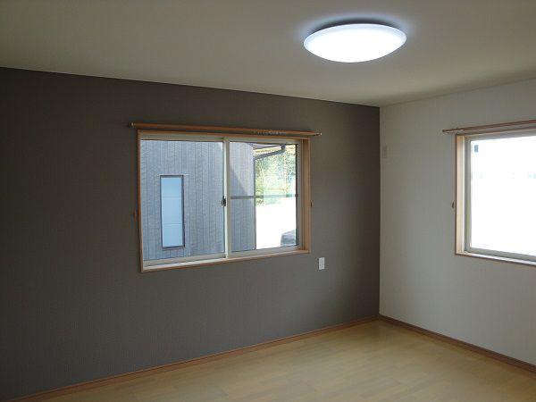 2階寝室は1階とは雰囲気がガラリと変わり、落ち着いた色のクロスを採用。