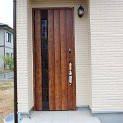 玄関は採風ドアを採用。通気・通風に便利です。