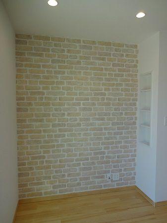 TVを配置する予定の壁はレンガ風にしました。