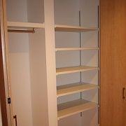 1Fに便利な収納スペースを設置。棚とパイプハンガーがあり物や洋服に合わせて収納が出来ます。