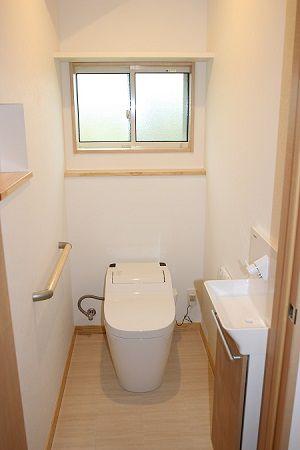 タンクレストイレの採用によってスッキリとした空間のトイレ。
