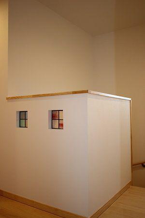階段上の腰壁にはステンドグラスをうめこみました。