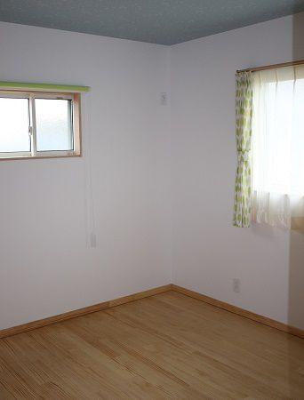 クロスやカーテン。。。かわいらしいお部屋に仕上がりました。