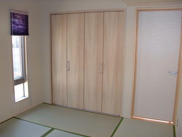 和紙のような質感のカーテンを採用。内装も和紙風なクロスで和風の質感を高めています。