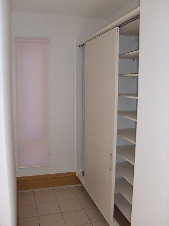 玄関横のクロークにシュース゛クロークを配置し、外で使うものも収納可能です。