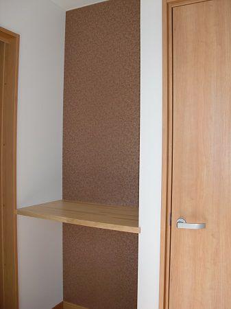 正面の飾り棚には、奥様の書など、趣味の物を飾れるスペースを設置しております。