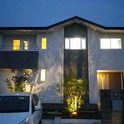 シンボルツリーの影が外壁に浮かび上がり心地いい夜の空間を演出します。