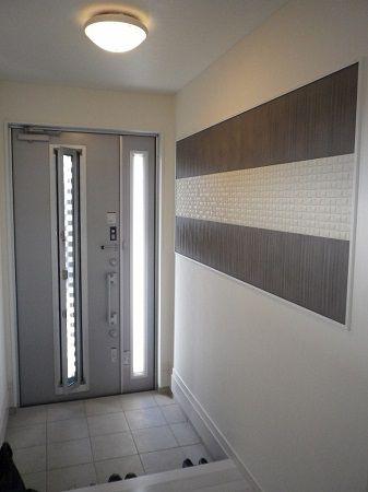 玄関を入ると大きなデザイン壁材が出迎えてくれます。