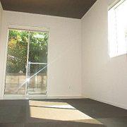 天井の壁紙をあえて暗くする事によって落ち着いた雰囲気を演出します。