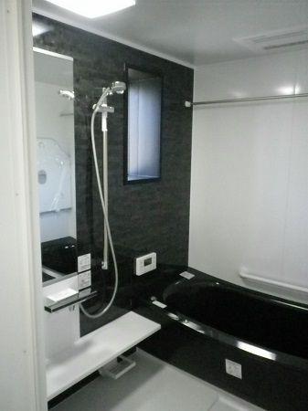 浴槽も黒で統一し、シックな空間で統一しています。