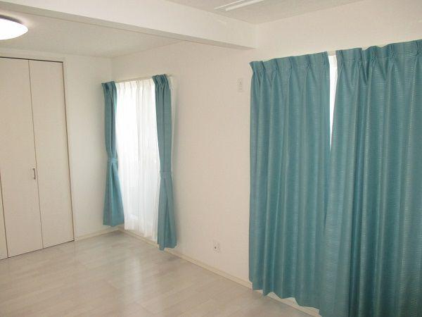 後々間仕切る予定のお子様の部屋。カーテンの色もバッチリ決まってます。